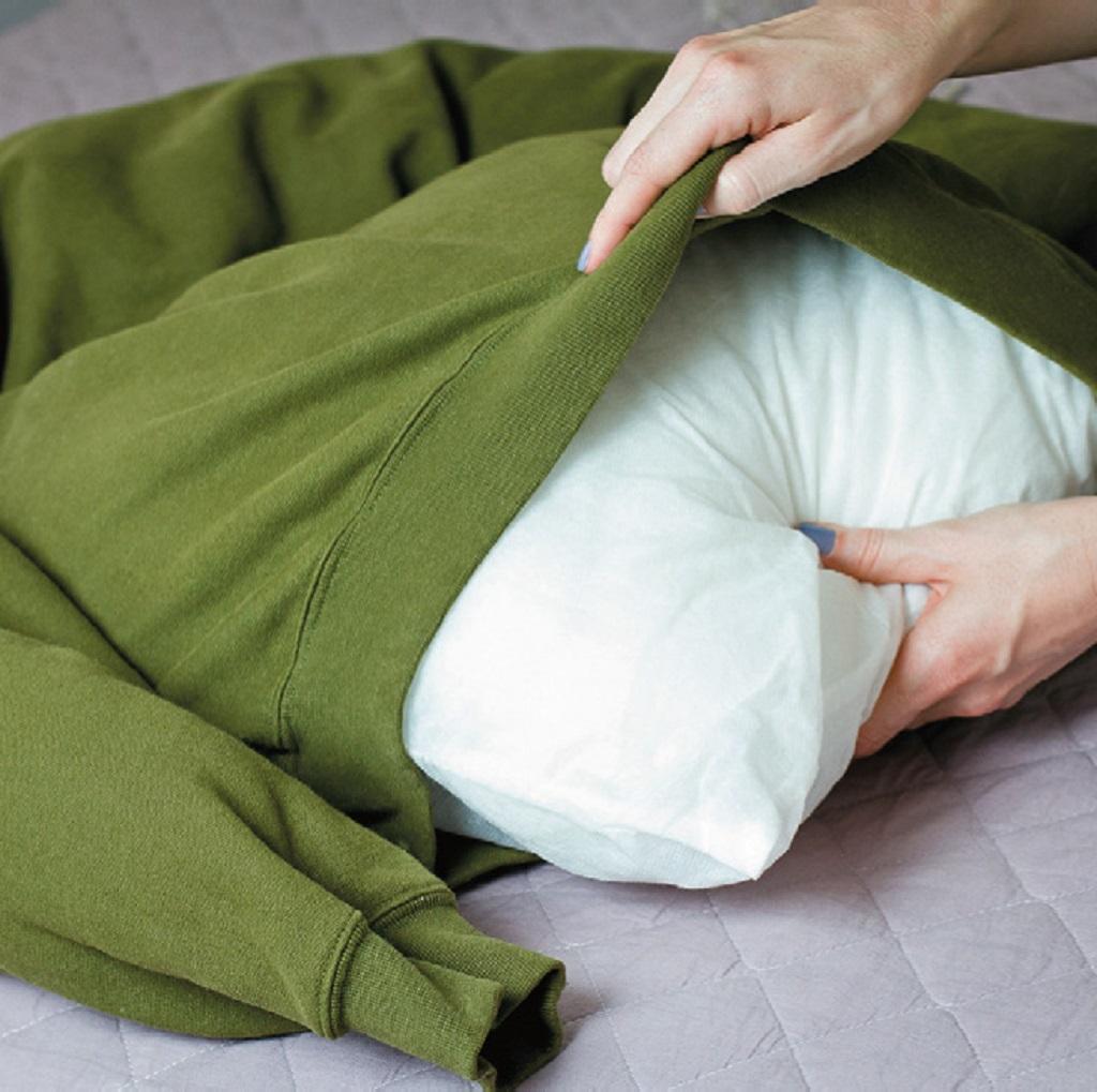 Наполняем подушкой дно будущего лежака