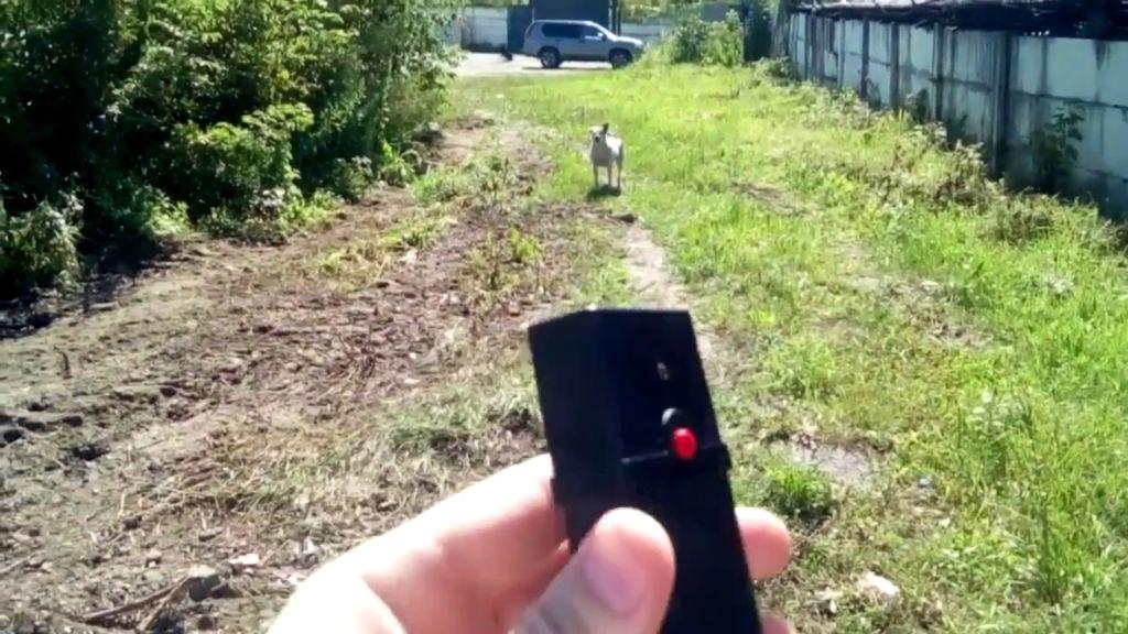 При применении нужно направлять прибор строго в сторону животного и включать