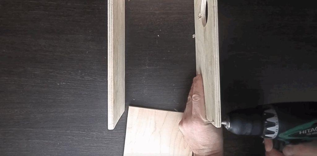 В боковых стенках сделать вентиляционные отверстия