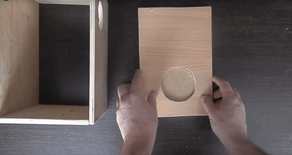 На дне домика, нужно соорудить небольшое углубление для кладки яиц