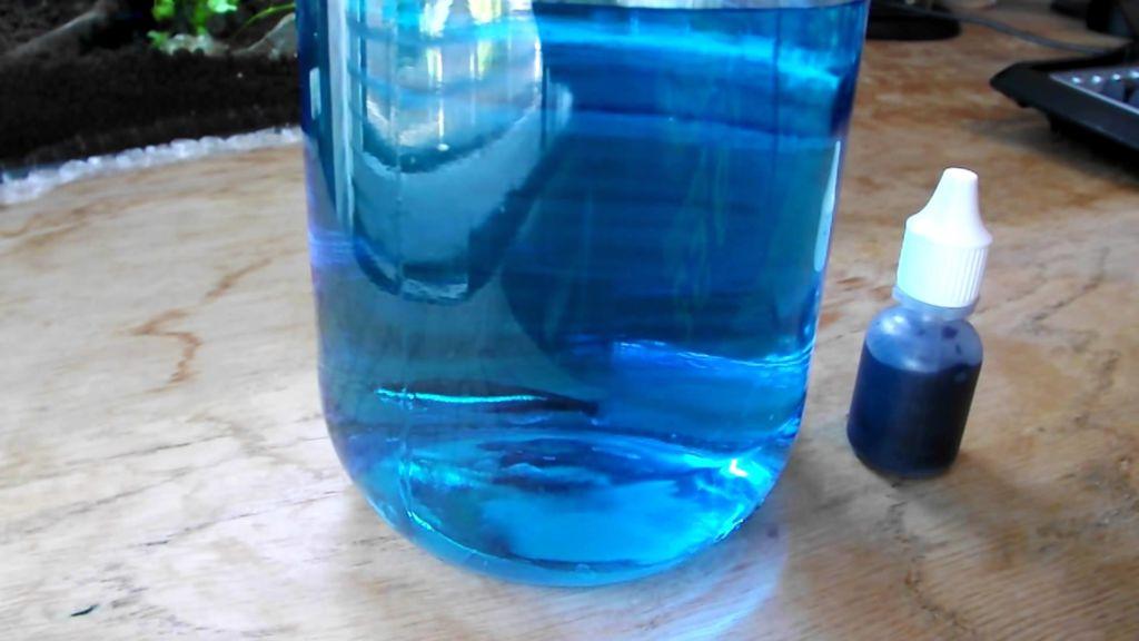Вливать синьку в аквариум следует, предварительно разведя её водой